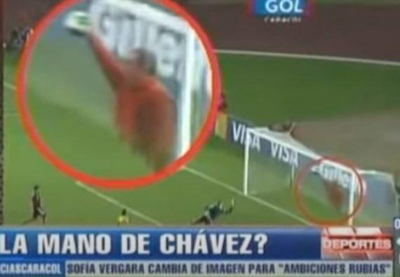 Уго Чавес спасает свою сборную от гола