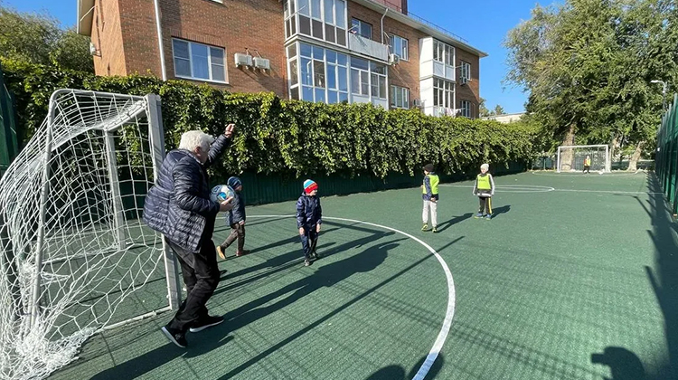Евгений Ловчев сыграл футбольный матч с детьми
