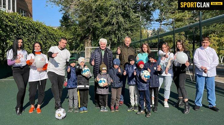 Лига Ставок подарила футбольную площадку воспитанникам Азовского центра